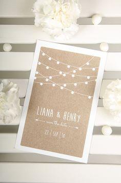 """Vintage Save-the-Date-Karte mit Kraftpapier Design und Lichterkette für natürliche Hochzeite mit Landhausstil aus der Serie """"Liana und Henry"""" - carinokarten.de"""