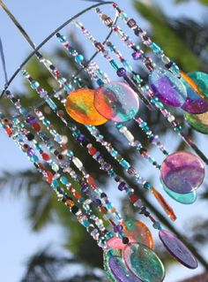 DIY sun catcher and wind chime. Close up - DIY sun catcher and wind chime. Close up Informations About DIY sun catcher and wind chime. Close up - Sun Catcher, Dreams Catcher, Crafts To Do, Crafts For Kids, Arts And Crafts, Mobiles, Carillons Diy, Diy Wind Chimes, Homemade Wind Chimes