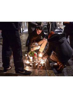 Stockholm - Devant l'ambassade de France, à Stockholm, on se recueille devant des bougies et des fleurs.