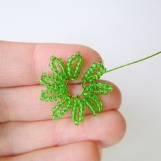 Learn how to make your very own beaded daisies using seed beads and wire! Prior french beading experience is helpful, but not necessary for this tutorial. Beaded Flowers Patterns, French Beaded Flowers, Wire Flowers, Paper Flowers, Bead Embroidery Tutorial, Beaded Embroidery, Brazilian Embroidery Stitches, Wire Trees, Heart Crafts