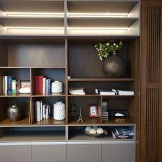 Librero fabricado en encino americano con tablero super mate tmatt e iluminación en tira led.