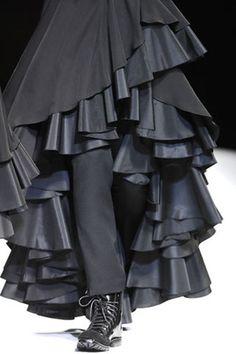 Yohji Yamamoto Fall 2007 Ready-to-Wear Accessories Photos - Vogue 1960s Fashion, All Fashion, Fashion Details, Unique Fashion, Runway Fashion, Fashion Show, Fashion Ideas, Japanese Fashion Designers, Scandinavian Fashion