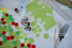 how to make buttons using forks and tips - pattern the fondant before applying Fondant Cake Tutorial, Fondant Tips, Fondant Cakes, Making Fondant, Fondant Bow, Icing Tips, Fondant Flowers, Fondant Figures, Christmas Cake Decorations
