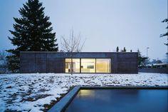 Auf einem alten Keller-Fundament wurde dieses Einfamilienhaus erbaut   Nissen Wentzlaff Architekten ©Ruedi Walti, Basel