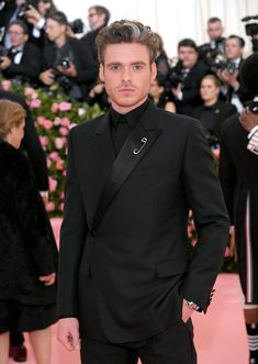 Sure, All the Fun Met Gala Looks Are Great, but Did You Catch Richard Madden's Smolder? Robert Madden, Richard Madden Shirtless, Katy Perry Dress, Game Of Throne Actors, Wearing All Black, Taron Egerton, Cute Guys, Beautiful Men, Beautiful People