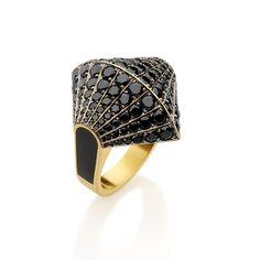 Anel em ouro amarelo 18k com 112 diamantes negros totalizando 3,62ct