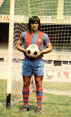 Hugo Sotil Yerén  En el conjunto catalán jugó tres temporadas y media en las que disputó un total de 68 partidos oficiales, y marcó 17 goles. En su época en España llevó la camiseta número 10