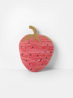 Vores Fruiticana-serie kanaliserer en eksotisk atmosfære med strikkede frugter og fisk der fungerer både som små pude og blødt legetøj. Shop ferm LIVING