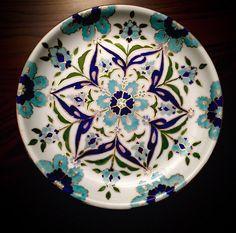 By Nuray Demirbaş 2015 Painted Ceramic Plates, Ceramic Painting, Decorative Plates, Turkish Plates, Applique Designs, Islamic Art, Art And Architecture, Sculpture Art, Dinnerware