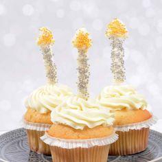 Für Silvester haben wir uns etwas ganz besonderes für euch ausgedacht. Einen Sweet Table in edlem silber und gold. Und klar, dass mehr als ein wönziger Schluck Sekt auch eine Rolle in unserem Rezept spielt. In diesem Post stellen wir euch Cupcakes und Donuts