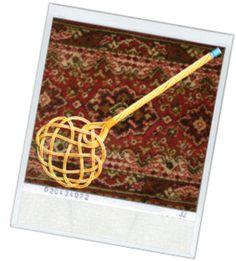 De mattenklopper is een van wilgentenen of rotan gevlochten hulpmiddel waarmee matten en kleden werden uitgeklopt.