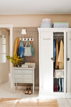 Hallway with wardrobe, clothes racks and cabinet with drawers Hall Deco, Cottage Entryway, Interior Design Living Room, Interior Decorating, Foyer Staircase, Country Furniture, Home And Living, Living Spaces, Sweet Home
