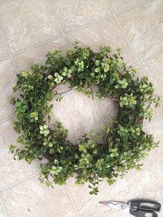 Easy Garland Wreath - The 15 Minute, 15 Dollar Wreath Green Garland, Green Wreath, Diy Garland, Floral Garland, Diy Wreath, Wreath Ideas, Garlands, Eucalyptus Garland, Tulip Wreath