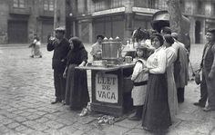Barcelona 1907 Venta ambulante de leche en Pza S Jose Oriol.