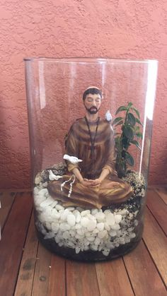 Terrário São Francisco de Assis Meditando Catholic Crafts, Catholic Art, Hobbies And Crafts, Diy And Crafts, Prayer Corner, Prayer Garden, Rose Crafts, Diy Shadow Box, Home Altar