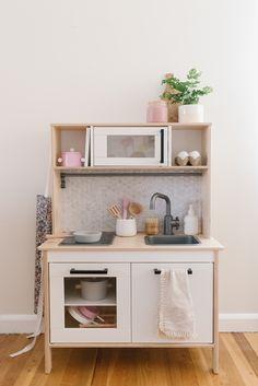 Ikea Play Kitchen Makeover - The Mama Notes Ikea Kids Kitchen, Diy Play Kitchen, Toddler Play Kitchen, Kitchen Notes, Kitchen Hacks, Kitchen Sets For Kids, Inspiration Ikea, Ikea Toys, Kids Room Design