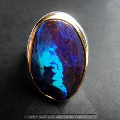 Massiver Ring mit tintenblau-türkisem Boulder Opal, Australien in 900/- Gold eingefasst. Ein fantastischer Kontrast mit der Matrix...