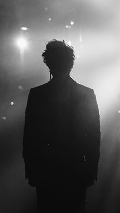 This is Harry, I can tell right away. This is Harry, I can tell right away. Harry Styles Cute, Harry Edward Styles, Black And White Aesthetic, Mr Style, Family Show, Treat People With Kindness, Aesthetic Wallpapers, Love Of My Life, Silhouette