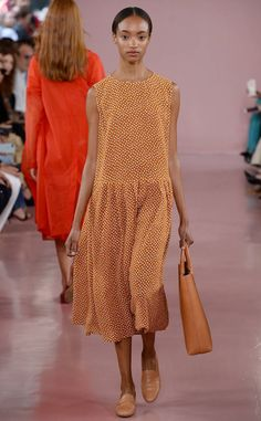 Mansur Gavriel from Best Looks from NYFW Spring 2018 Cos Fashion, Over 50 Womens Fashion, Fashion Over 50, Cos Dresses, Summer Dresses, Cos Outfit, Podium, Italian Fashion, Couture