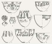 Keramik i Bundsø/Lindø-stil fundet i 1: Hyldehøj. 2: Kyndeløse. 3: Neble. 4: Kattrup. 5: Munkebo. 6: Kattrup. 7: Snesere Mark. 8: Kyndeløse. 9: Kattrup. Men lad os vende tilbage til stenalderbøndernes helårspladser og se på nogle af de dagligdags gøremål, man udførte der. Pottemageriet f.eks. Det var et håndværk, som formentlig blev udøvet af kvinder, som det er tilfældet i de fleste lavtekniske samfund, vi kender i dag. På bondestenalderens bopladser havde man allerede længe fremstillet…