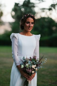 This amazing boho chic bridal look is extremely trendy: it features a boho lace wedding dress, a sheer overdress and fringe, which are all the hottest . Fall Wedding Bouquets, Wedding Gowns, Classy Wedding Dress, Dream Wedding, Wedding Day, Bride Flowers, Bride Look, Bridal Beauty, Intimate Weddings