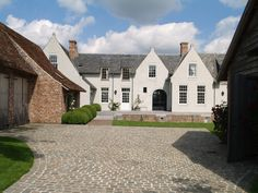 New countryhouse with annexes Classical Architecture, Residential Architecture, Interior Architecture, Interior And Exterior, New England Style Homes, New Homes, Stucco Homes, Belgian Style, Tudor House