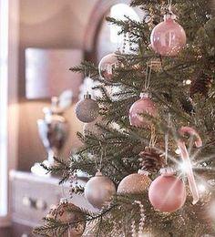 Si tu salón está inspirado en el estilo romántico escoge bolas decorativas en tonos pastel.