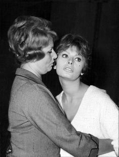 Sophia Loren with her mother, Romilda Old Hollywood Actresses, Classic Actresses, Loren Sofia, Carlo Ponti, Acting Lessons, Sophia Loren Images, Photography Movies, Italian Actress, Most Beautiful People