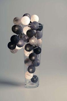 De Cotton Balls zijn gemaakt van katoengaren en hebben een omtrek van 20,5 cm. In iedere Cotton Ball zit een gaatje van ongeveer 3mm, waar je het lampje doorheen kunt steken.