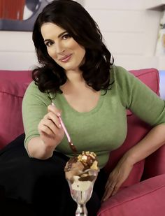 Nigella Lawson - this gal makes everything look sexy. So fun to watch her cook - not graceful at all but when it comes time to eat, you will want some of it even if looks like hhhmmmm. Domestic Goddess, Sexy Older Women, Beautiful Women, Beautiful Curves, Actresses, Lady, Tv Chefs, Icecream, Cooking