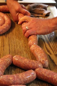 Homestead Sausage Making Más How To Make Sausage, Sausage Making, Food To Make, Make Do, Homemade Sausage Recipes, Pork Recipes, Charcuterie, Home Made Sausage, Cuisines Diy