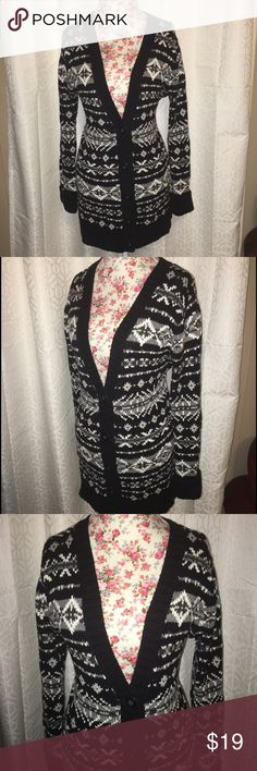 1351 GH BASS BLACK,GREY&WHITE SWEATER SZ LG This beautiful black gray and white sweater has buttons at the bottom it is a size large and has a 40 inch bust line and a 40 inch waist approximate it is also 30 inches from the shoulders and is in excellent condition! Bass Sweaters Cardigans