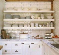 Rinnovare una cucina in legno - Mensole al posto dei mobili