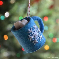 No Sew Hot Chocolate Ornament -Blue wool-blend craft felt, -Brown wool-blend craft felt, -White wool-blend craft felt, -White embroidery floss, size 5 -Cardboard TP tube pieces -Baker's twine -Craft Glue Felt Christmas Ornaments, Handmade Ornaments, Felt Ornaments Patterns, Beaded Ornaments, Pinecone Ornaments, Felt Christmas Decorations, Snowman Ornaments, Christmas Projects, Holiday Crafts