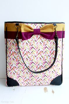 If you're looking for fabric bags to make in just a few hours, these tote bag patterns are easy to sew, beautiful and practical! While some are a little more complicated, many of these handmade tote bags are great as a first time sewing project! Tote Bags Handmade, Purse Handles, Homemade Christmas Gifts, Bag Patterns To Sew, Fabric Bags, Courses, Kate Spade Bag, Diy Fashion, Purses And Bags