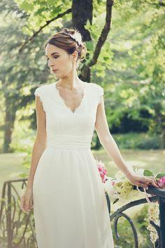Choisissez un modèle de la collection sur mesure de robes de mariée. Une robe de mariée dentelle personnalisée et fabriquée en France. Accueil à Lyon. Créatrice robes de mariée sur mesure à lyon  Ceinture en drapé de soie