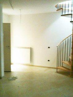 Soggiorno con scala a chiocciola #appartamento nuova costruzione #marinadimassa A92