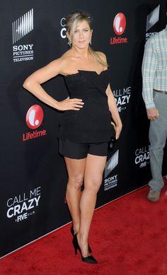 "Celeb Diary: Jennifer Aniston la premiera filmului ""Call Me Crazy: A Five Film"" in Los Angeles Jennifer Aniston Legs, Jennifer Aniston Pictures, Celebrity Workout, Celebrity Style, Celebrity News, Jeniffer Aniston, Talons Sexy, Beauté Blonde, Lovely Legs"