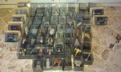 Collezione di 60 Astronavi Star Wars in buone condizioni,ognuna avente teca come immagine come protezione.    Tutti i modelli sono in Die Cast e plastiche nobili,colorati a mano,fedeli agli originali e curati nei minimi dettagli...    Una collezione unica,per veri appasionati e collezionisti    Vendo l'intera collezione(di cui 9 modelli ancora plastificati,mai aperti) a 400 euro trattabili