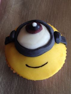 Cupcake de Minion Cupcakes, Minion, Cake Pops, Desserts, Food, Cooking, Projects To Try, Meal, Cupcake