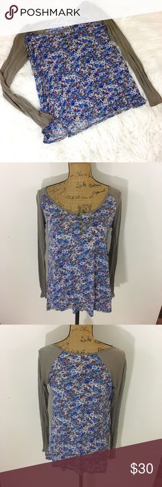 ✨FREE PEOPLE FLORAL LONG SLEEVE TEE✨ Free People lightweight long sleeve floral tee. Arms are an army green color and floral pattern is purple and blues. Size small. 199% modal. Excellent condition Free People Tops Tees - Long Sleeve