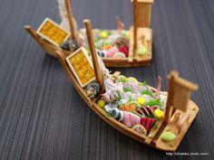 《P i n t e r e s t - @christinagao888》 Miniature Crafts, Miniature Food, Miniature Dolls, Tiny Food, Fake Food, Clay Miniatures, Dollhouse Miniatures, Sushi Boat, Chibi Food