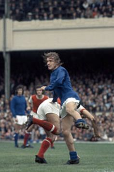 Arsenal 4 Man Utd 0 in Aug 1970 at Highbury. United's John Fitzpatrick with some flat out defending to do in the Division clash. Man Utd Crest, Manchester United Players, Chelsea, Kicks, The Unit, Football, Running, Arsenal, Division