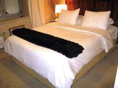 Transforme cortinas em uma saia de cama sem costura.