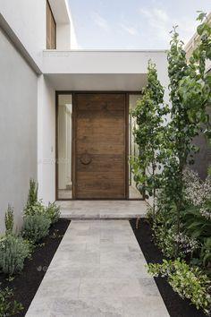 We like to make an entrance with our custom pivot doors. Modern Entrance Door, Entrance Design, Front Door Design, House Entrance, Modern Front Door, Entrance Doors, Design Exterior, Modern Exterior, House Doors