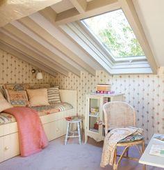 schlafzimmer dachboden gestaltung shabby chic oberlicht mustertapeten