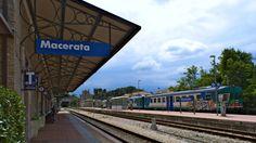 E dove porta il treno della foto di ieri? Qui. Nella piccola e simpatica stazione di Macerata, alla quale si accede dopo aver attraversato un tunnel. Sullo sfondo la chiesa dei Cappuccini.