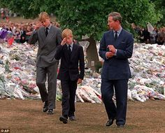 Prince Charles, right, accompanies his sons Prince William, left and Prince Harry after they arrived at Kensington Palace to view some of the flowers and mementos in 1997 Prinz Charles, Prinz William, Meghan Markle, Infp, Princess Diana Funeral, Divas, Prinz Harry, Young Prince, Vintage Shabby Chic