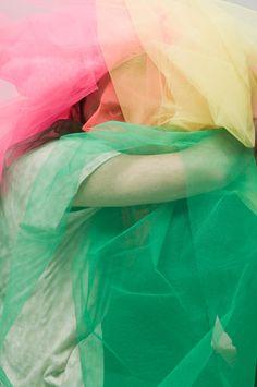 El BAC Festival continúa pese al frío que se ha instaurado en la ciudad. Su próxima parada es en la Galería VALID con la exposición 'Madrid-Barcelona en 3,8 segundos'. Una expo colectiva en la que exponen fotógrafos que tienen o han tenido alguna relación con la ciudad de Madrid. Entre ellos José Morraja, Markus Rico o Marc Serra.    Las de arriba pertenecen a César Segarra, que vuelve a dar el salto del magazine de moda a la galería de arte con 'Fly to Konstantinova'. Una muestra en la que…
