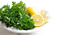 Claims Cholesterol and Fat Buster - Parsley and Lemon drink. NEED: oz) water about 3 stalks of parsley; Home Remedies, Natural Remedies, Recetas Salvadorenas, Homemade Syrup, Diet Meal Plans To Lose Weight, Lemon Drink, Kidney Cleanse, Natural Antibiotics, Diabetes Remedies